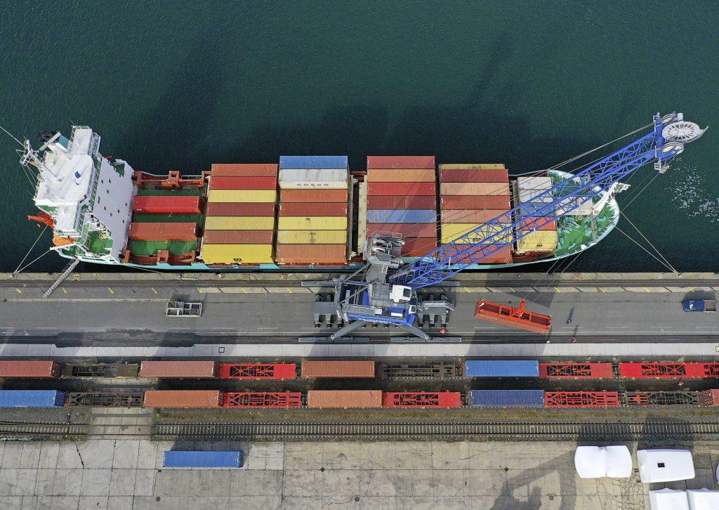 Entladung eines Containerschiffes