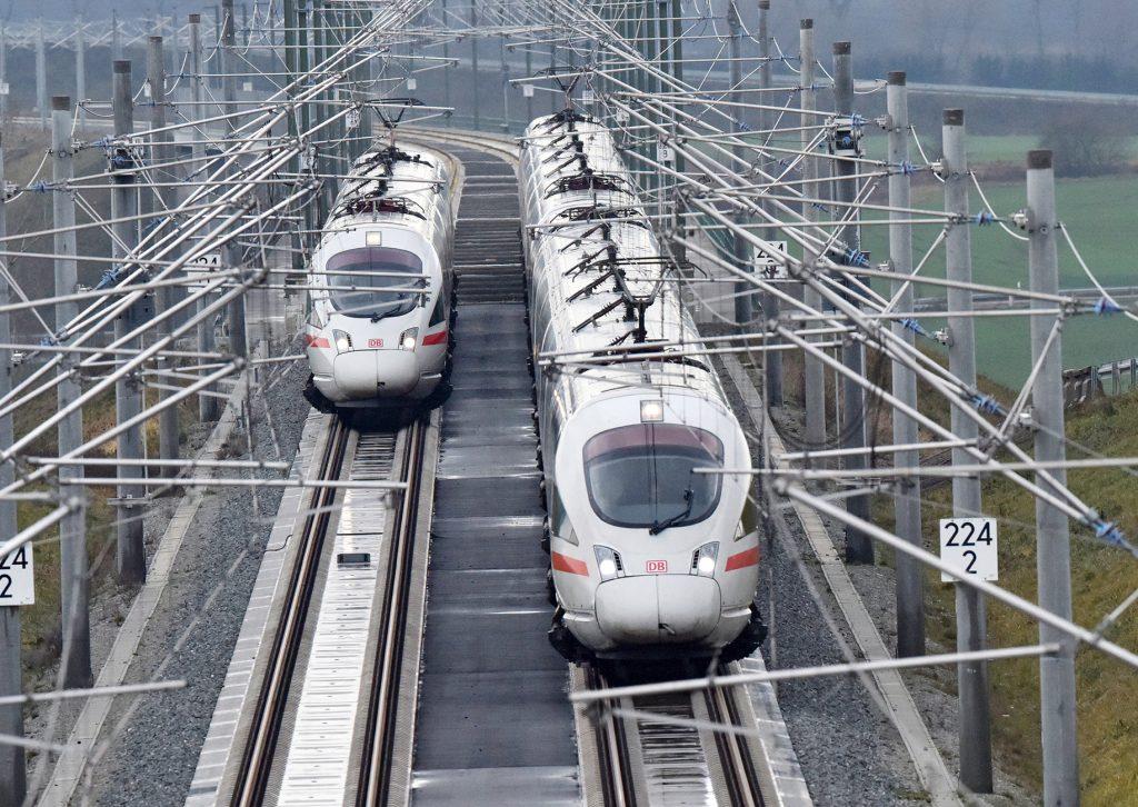 Zwei ICE auf der Schnellfahrstrecke zwischen Erfurt und Halle/Leipzig