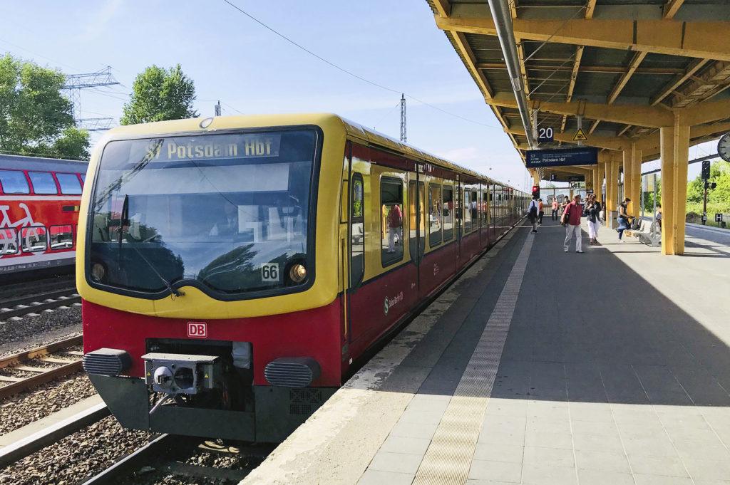 S-bahn nach Potsdam am Bahnsteig
