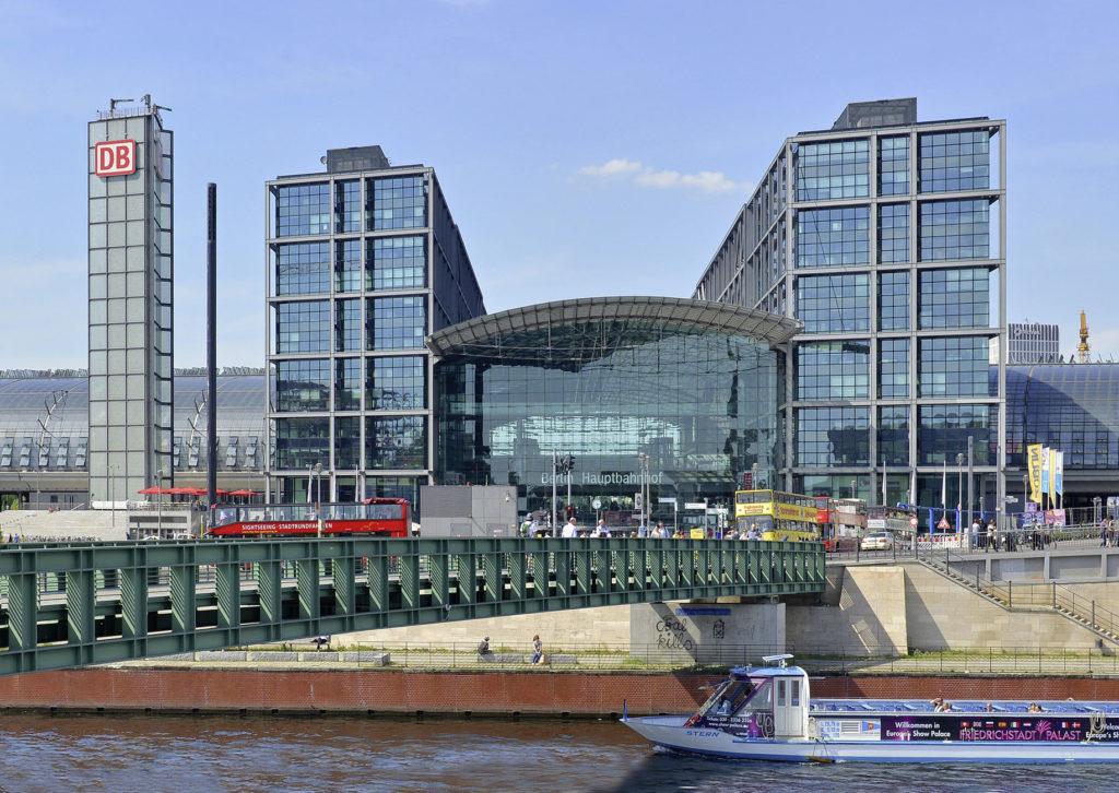 Berliner Hauptbahnhof vom Ufer aus gesehen