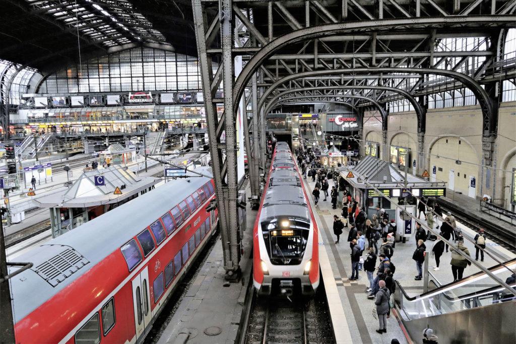 Bahnsteighalle von oben fotografiert