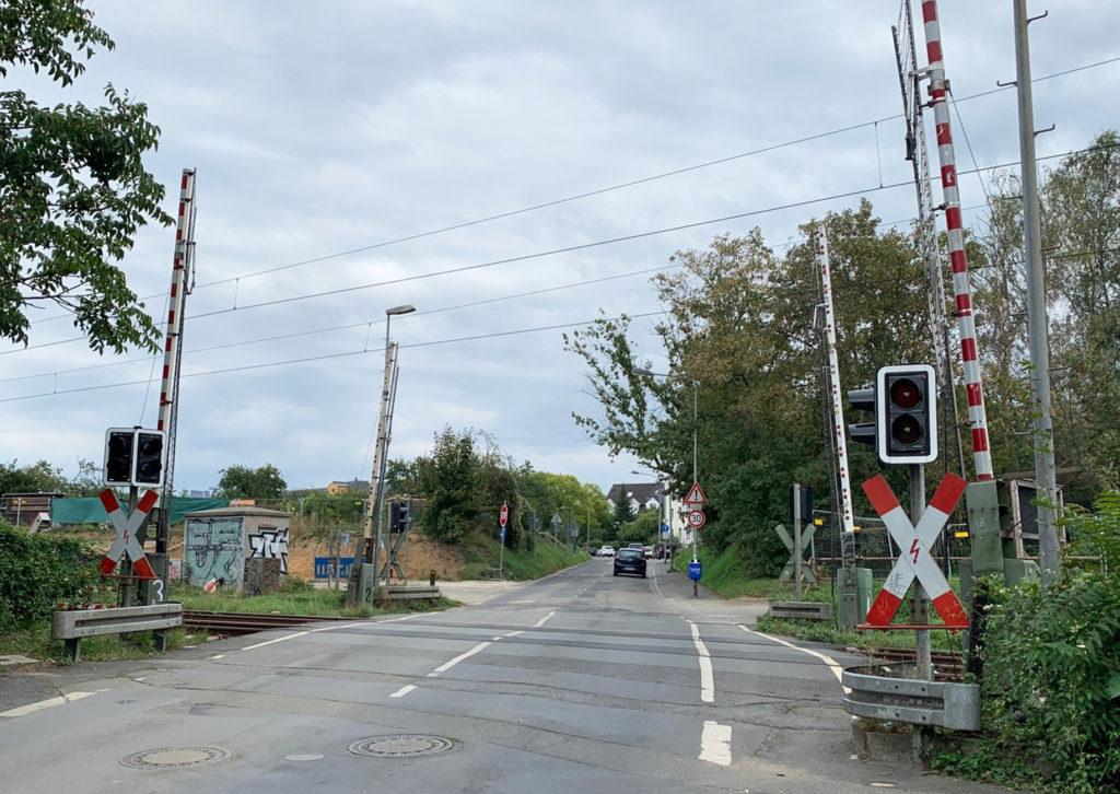 geöffneter Bahnübergang