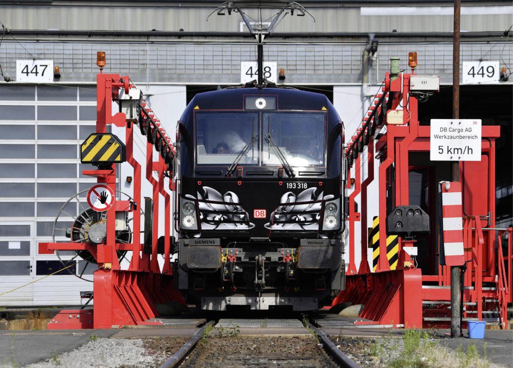 Lokomotive verlässt eine Werkstatt