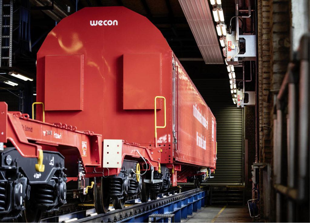 Güterwagen in einer Halle