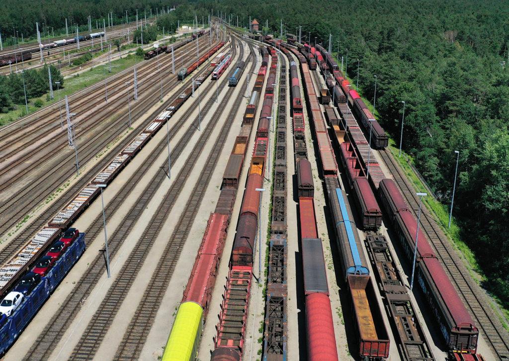 Blick von oben auf abgestellte Güterzüge