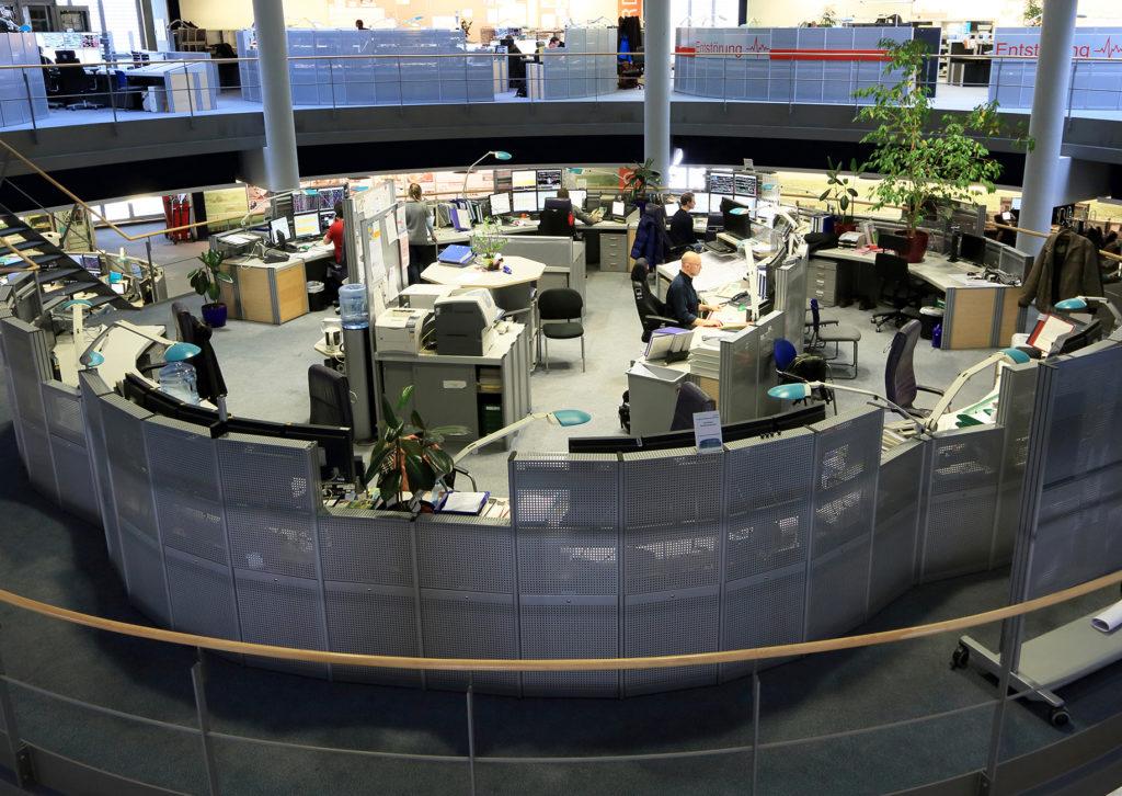 Mitarbeiter in Betriebszentrale an ihren Arbeitsplätzen