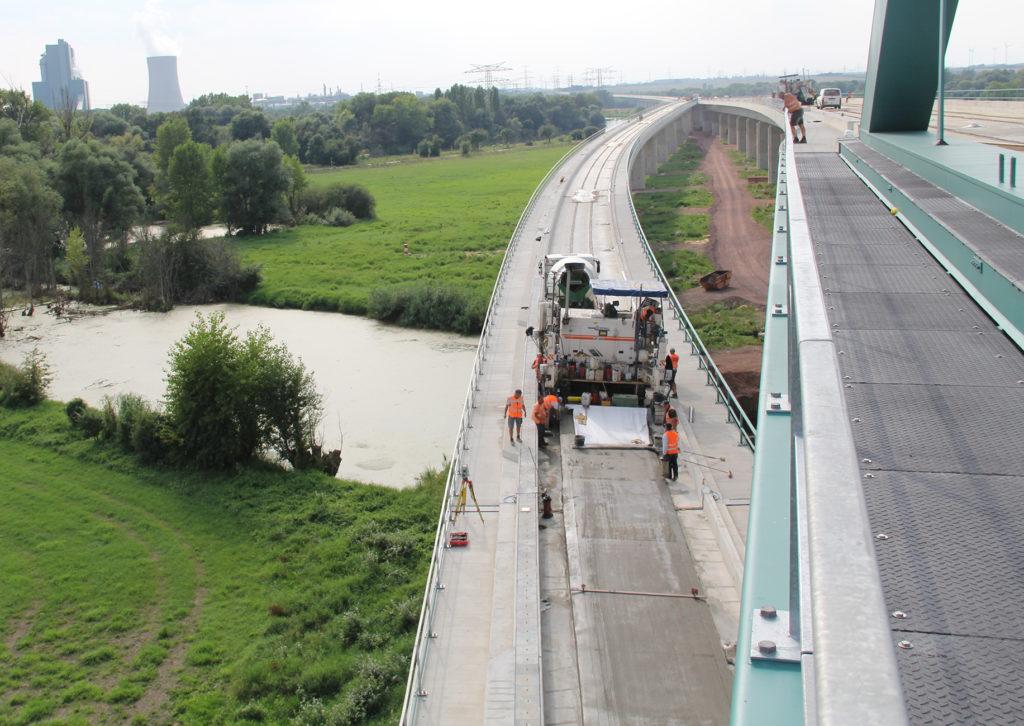 Gleisbauarbeiten auf einer Brücke