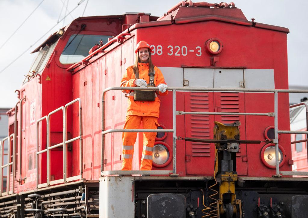 Lokrangierführerin bei DB Cargo am Rangierbahnhof Seddin - im Einsatz mit einer Rangierlok der Baureihe 298