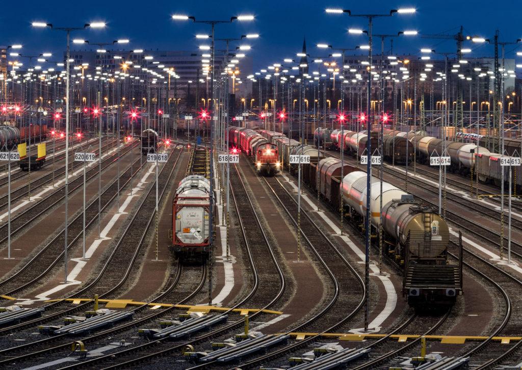 lick auf neuen Gleisanlagen, im Licht einer umweltschonenden Beleuchtungsanlage mit etwa 1.130 LED-Leuchten