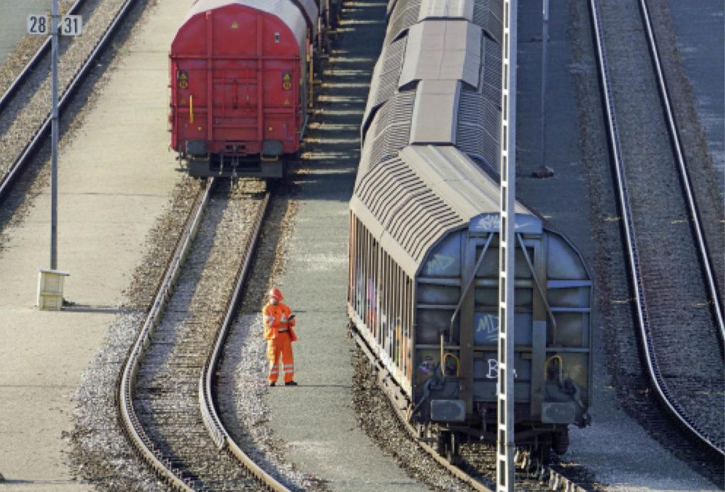Rangierer zwischen den Gleisen auf einem Güterbahnhof