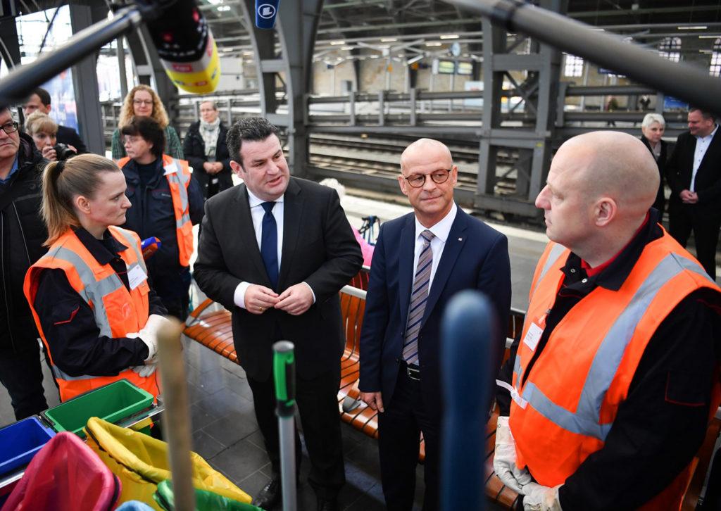 Bundesminister Hubertus Heil besucht mit DB Personalvorstand Martin Seiler Projekte am 20.01.20 am Ostbahnhof in Berlin.