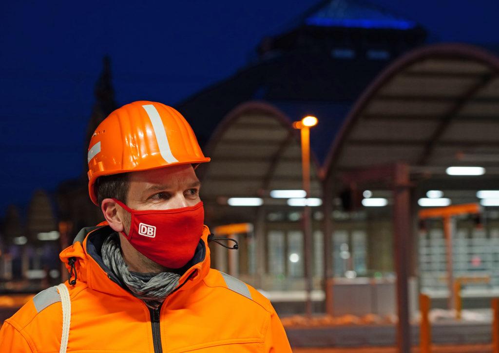 DB Netz Mitarbeiter mit Maske während Bauarbeiten im Hbf Halle (Saale)