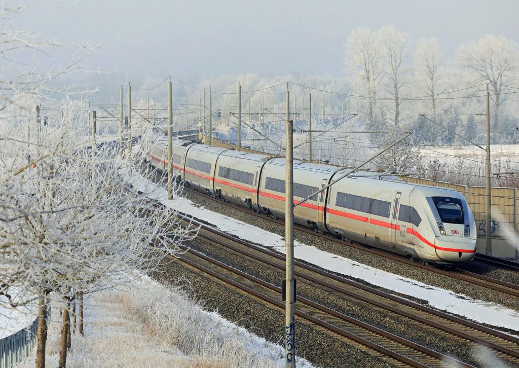 Unterwegs im winterlichen Bayern - Ein ICE 4 Baureihe 412 fährt als ICE 581 von der Alster an die Isar - hier auf der viergleisigen Strecke bei Hattenhofen