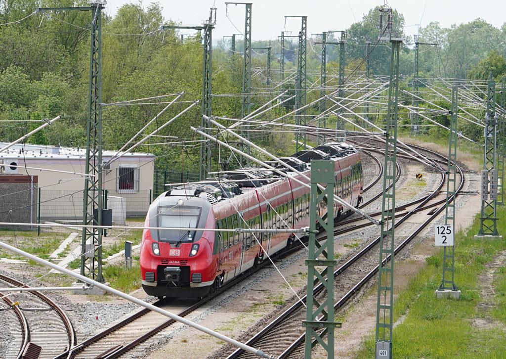 Digitales Stellwerk (DSTW) in Warnemünde, links im Bild / rechts Einfahrt einer S-Bahn Baureihe ET 442 der S-Bahn Rostock