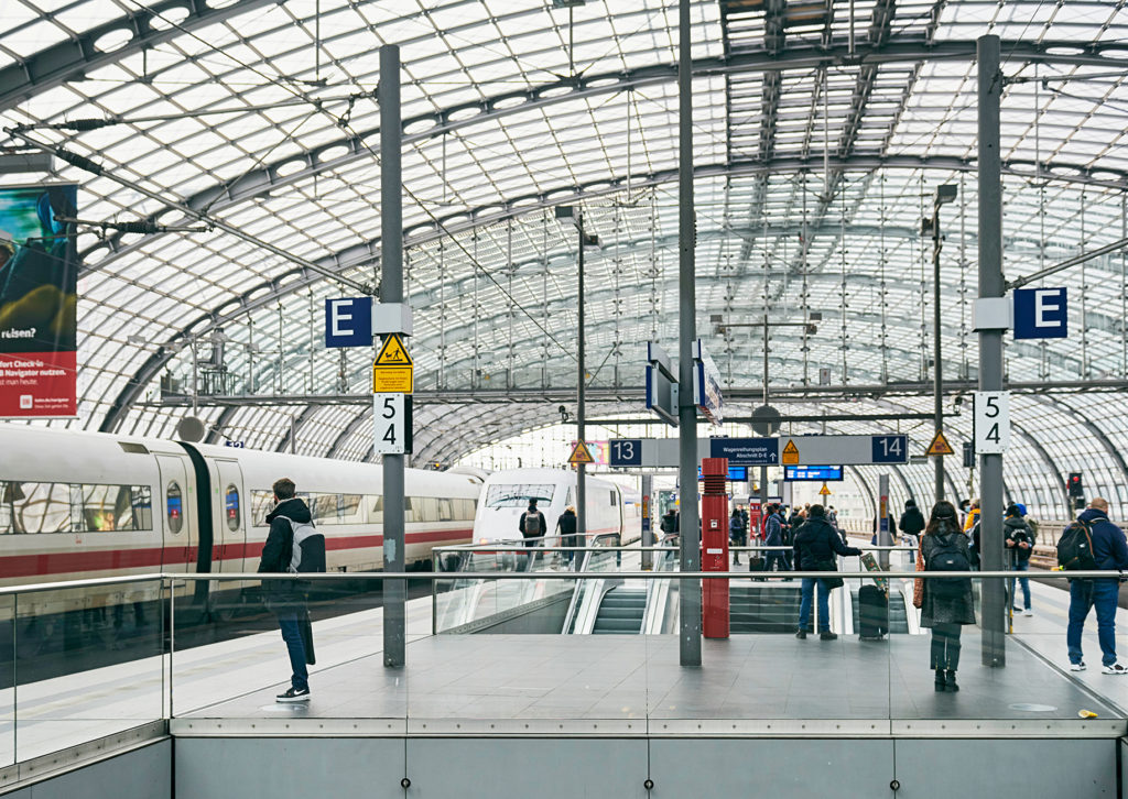 Reisende im Berliner Hauptbahnhof im Dezember 2020