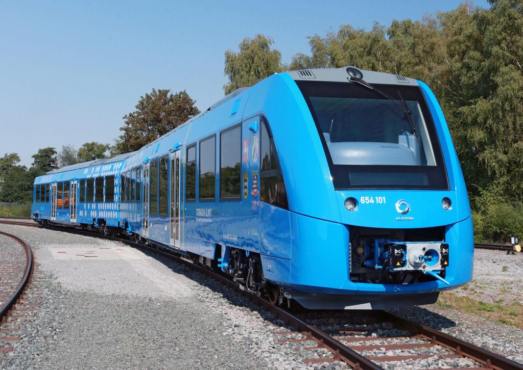 Blauer Zug auf freier Strecke