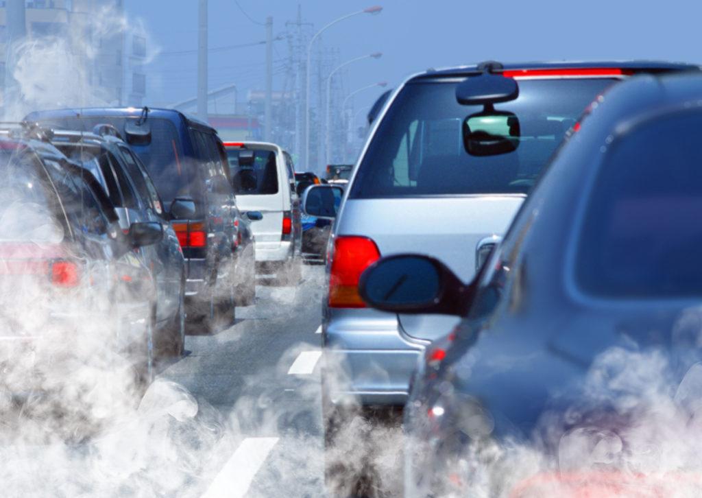 Dichter Verkehr mit Autoabgasen