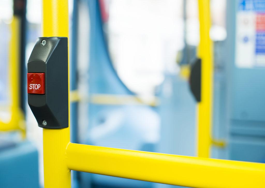 Businnenraum im öffentlichen Nahverkehr mit Haltewunsch-Taste