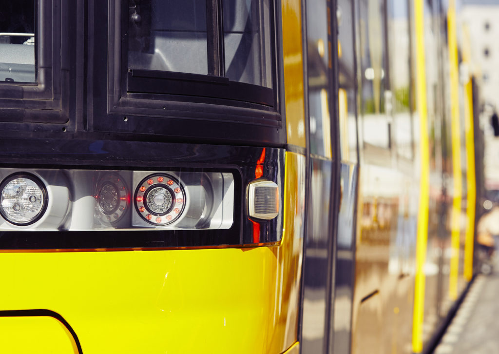 Nahaufnahme einer Tram an einer Haltestelle