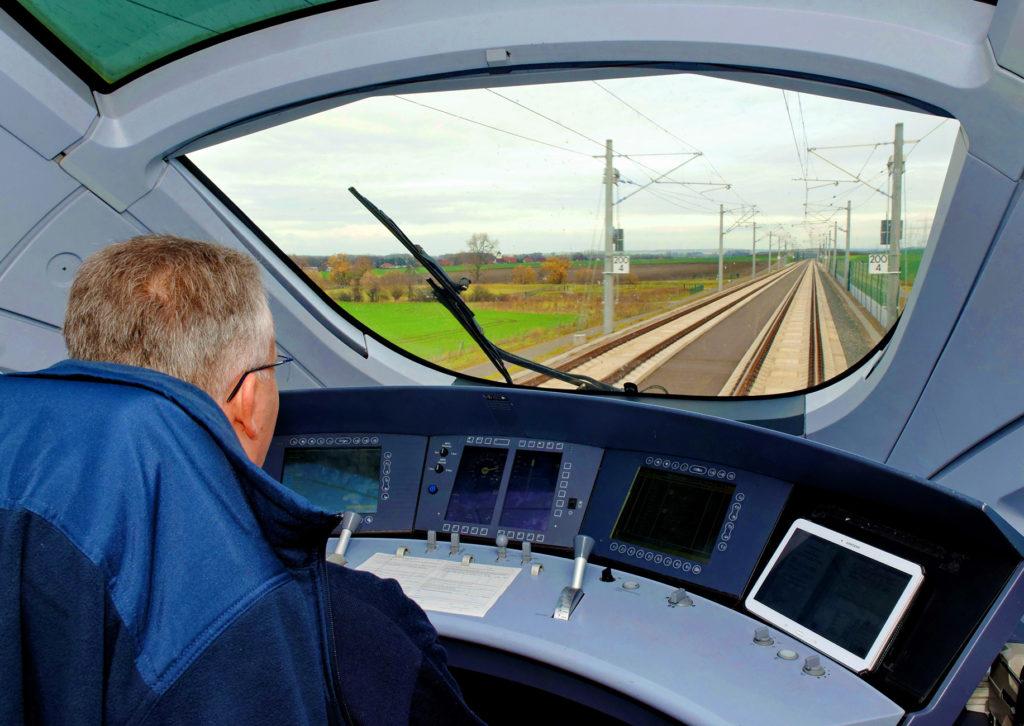 Blick aus dem Führerstand eines ICE T Baureihe 411 auf die Schnellfahrstrecke im Thüringer Becken nahe Erfurt