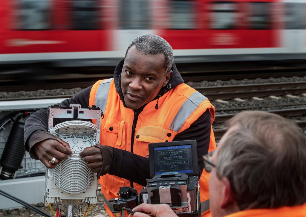 Servicetechniker installiert eine Glasfaserkabel Muffe