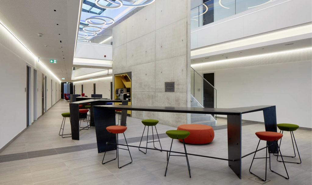 Raum mit modernen Möbeln