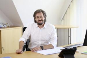 Siegfried Moog am Schreibtisch