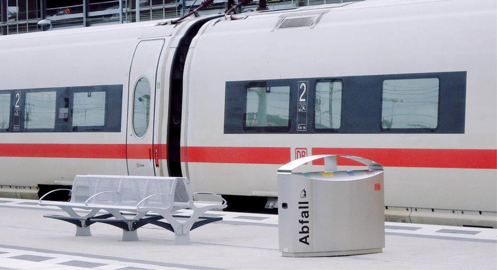 am Bahnsteig: Sitzbank, Abfallbehälter und ICE