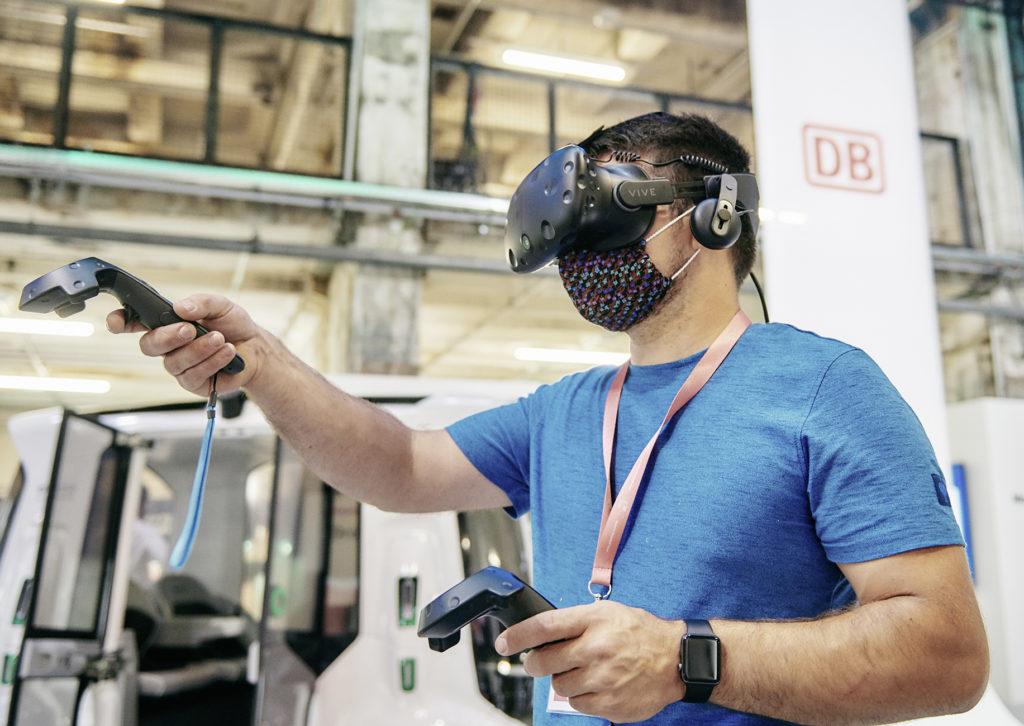 Bahnmitarbeiter mit VR-Brille
